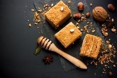 Słodki domowej roboty płatowaty miodowy tort obraz stock