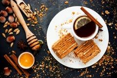 Słodki domowej roboty płatowaty miodowy tort na czarnym stole zdjęcie royalty free