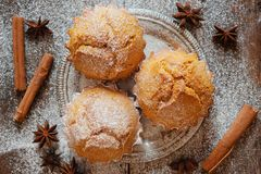 Słodki domowej roboty trzy tortowego słodka bułeczka z cynamonu i lodowacenia cukierem Zdjęcia Stock