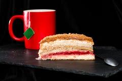Słodki domowej roboty wyśmienicie płatowaty miodowy tort na ciemnym tle, obrazy royalty free