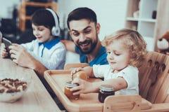 Słodki dziecko enjoy jam Dzieciństwo chłopcy ojciec obrazy royalty free