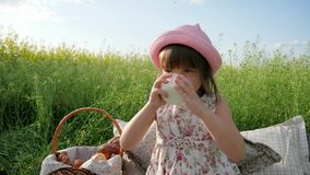 Słodki dziewczyna napój od nabiałów, przyjemność na dziecka ` s twarzy, dojna reklama, Zdrowy jedzenie dla dzieci, trochę zbiory