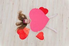 Słodki dziewczyny lying on the beach na podłoga z dekoracjami w postaci go Obrazy Stock