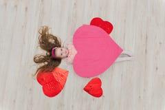 Słodki dziewczyny lying on the beach na podłoga z dekoracjami w postaci go Fotografia Royalty Free