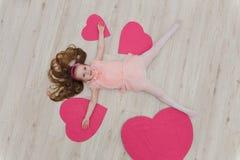 Słodki dziewczyny lying on the beach na podłoga z dekoracjami w postaci go Obrazy Royalty Free