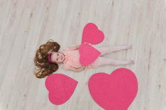 Słodki dziewczyny lying on the beach na podłoga z dekoracjami w postaci go Zdjęcie Royalty Free