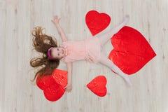 Słodki dziewczyny lying on the beach na podłoga z dekoracjami w postaci go Fotografia Stock