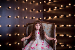 Słodki dziewczyny obsiadanie w drogim krześle Obraz Royalty Free