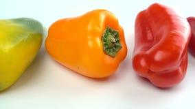 Słodki dzwonkowy pieprz na białym tle zieleń, kolor żółty i czerwony dzwonkowy pieprz -, zbiory