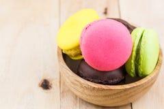 Słodki i colourful francuski macaron lub macaroons zdjęcie royalty free