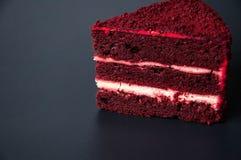 Słodki jedzenie z naturalnymi składnikami Jaskrawy czerwień torta kawałek fotografia royalty free