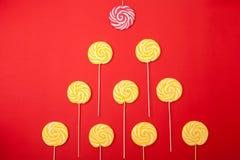 Słodki karmelu cukierek na czerwonym tle fotografia stock