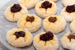 Słodki kokosowy tort wypełniał z dżemu i czekolady śmietanką obrazy royalty free