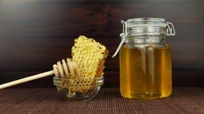 Słodki miód w słoju z honeycomb Obrazy Royalty Free