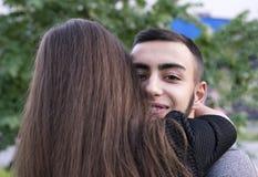 Słodki moment dwa ludzie ściska outside fotografia stock