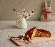 Słodki pieczenie z rodzynkami i Wielkanocnym królikiem na neutralnym tle obraz stock
