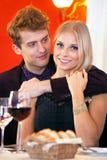 Słodki potomstwo pary datowanie przy restauracją Fotografia Royalty Free