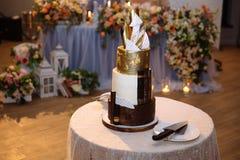 Słodki poziom dekorował tortowych stojaki na stole Bukiet na tle Cukierku bar z cukierkami przy ślubem obraz royalty free