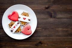 Słodki prezent dla St walentynki ` s dnia Serce kształtujący miodownik na ciemnej drewnianej tło odgórnego widoku kopii przestrze Fotografia Stock