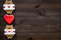 Słodki prezent dla St walentynki ` s dnia Serce kształtujący miodownik na ciemnej drewnianej tło odgórnego widoku kopii przestrze Zdjęcie Stock