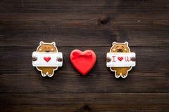 Słodki prezent dla St walentynki ` s dnia Serce kształtujący miodownik na ciemnej drewnianej tło odgórnego widoku kopii przestrze Zdjęcie Royalty Free