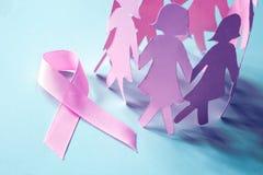 Słodki różowy tasiemkowy kształt z dziewczyna papieru lalą na błękitnym backgro Fotografia Royalty Free