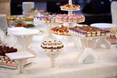 Słodki restauracyjny catering Candybar z różnymi deserami Zdjęcia Stock