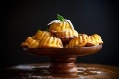 Słodki słodka bułeczka curd w cukieru proszku na stole Obraz Royalty Free