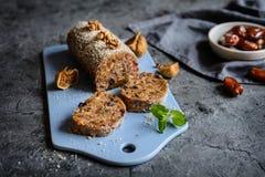 Słodki salami robić wysuszone figi, daty, śliwki i orzechy włoscy, zdjęcia stock
