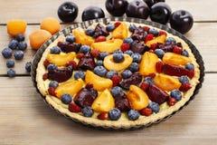 Słodki tarta z brzoskwiniami, śliwkami i czarnymi jagodami, Obraz Stock