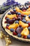Słodki tarta z brzoskwiniami, śliwkami i czarnymi jagodami, Obrazy Royalty Free