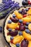 Słodki tarta z brzoskwiniami, śliwkami i czarnymi jagodami, Fotografia Royalty Free