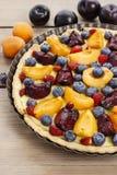 Słodki tarta z brzoskwiniami, śliwkami i czarnymi jagodami, Zdjęcie Stock