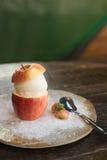 słodki waniliowy lody w połówce jabłczana i mała truskawka o Zdjęcie Stock