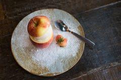 słodki waniliowy lody w połówce jabłko i mała truskawka Zdjęcie Royalty Free