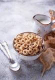 Słodki zboże zapętla w pucharze Zdjęcie Stock