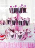 słodkich babeczek biała śmietanka i dekoracja w błyszczącym pakunku dla wakacje fotografia royalty free