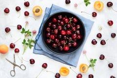 Słodkich wiśni stołu odgórny widok Zdjęcia Royalty Free