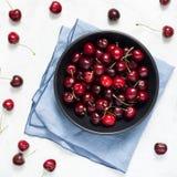 Słodkich wiśni stołu odgórny widok Zdjęcia Stock