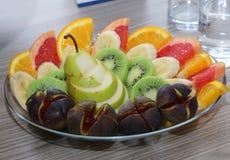 Słodkie świeże owoc na szklanym talerzu Fotografia Stock
