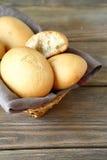 Słodkie babeczki w łozinowym koszu Fotografia Royalty Free