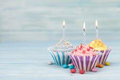 Słodkie babeczki z świeczkami zdjęcie royalty free