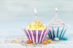 Słodkie babeczki z świeczkami zdjęcia stock