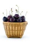 Słodkie czarne wiśnie w drewnianym koszu Zdjęcie Royalty Free