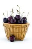 Słodkie czarne wiśnie w drewnianym koszu Zdjęcie Stock