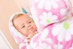 słodkie dziecko szlafrok na Terry lustra zdjęcie stock