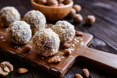Słodkie piłki z orzechem włoskim, kakao i migdałem, Zdjęcie Stock