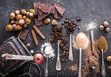 Słodkie pikantność i czekolada na stole zdjęcia stock
