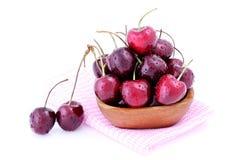 Słodkie wiśnie w drewnianym pucharze odizolowywającym na białym tle obrazy stock