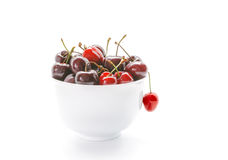 Słodkie wiśnie w pucharze Świeże wiśnie odizolowywać na białym tle Obrazy Royalty Free